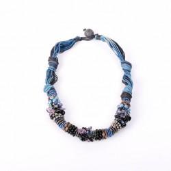 Тугой синий жгут с камнями и текстилем