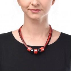 Керамика на вощеной нити с красными  и черными бусинами